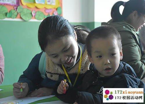 现场欢笑不断,而志愿者们便用剩下的纸制作千纸鹤,送给孩子们留作纪念