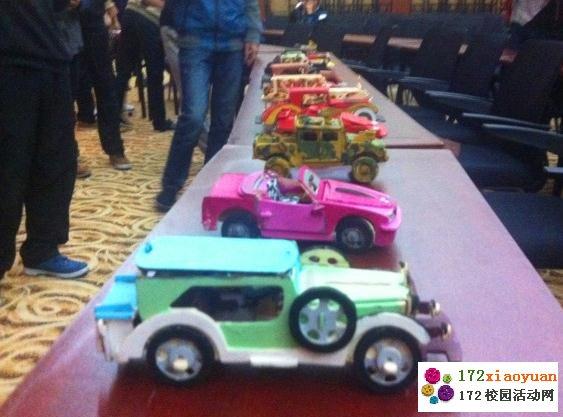 10月28日——10月31日,成都航空职业技术学院汽车工程系团总支学会在图书馆附楼三楼举办了为期四天的汽车模型制作与模拟销售的综合素质训练活动。 此次活动分为两个部分,第一部分同学需要以小组为单位完成汽车模型的制作,在第二个部分需通过模拟展销会的形式将自己的模型推销出去。 汽车模型其实是一块木板,需要同学们将各个零部件拆解下来,拼装成一辆汽车,这对同学们的动手能力将是一个挑战。同时,会场还提供了水彩颜料,供同学们装饰自己的爱车。在手工制作之外,还要求小组成员为自己的汽车命名并撰写广