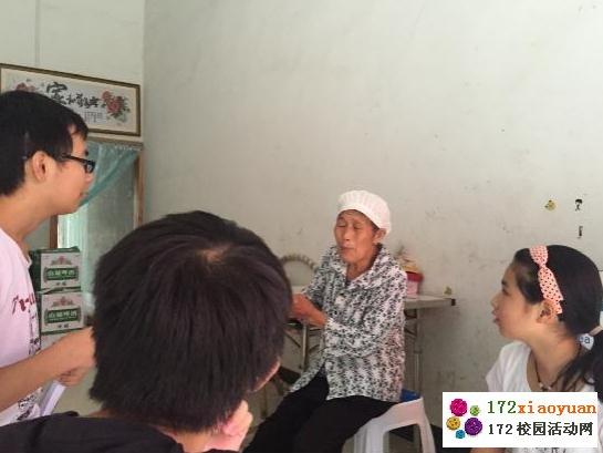 重庆队所在的木叶乡中心校位于重庆市酉阳土家族苗族自治县,当地居民大部分为土家族和苗族,仅有少数居民为汉族,特殊的民族环境造就了木叶乡独特的环境,队员们的调研工作也就顺风顺水的展开了。 土家族是中国历史悠久的一个民族,人口众多,在中国的二哥少数民族中排名第七位,在1956年十月,土家族已通过国家民委的民族识别,确定为单一民族。可以追溯到宋代的土家族经过几百年与汉族的交融联合,大部分已经基本汉化,为我们的调研工作带来了极大的困难。为了适应汉族生活,土家族的很多特殊传统节日也已经不再沿袭,我们决定先从特殊传统节